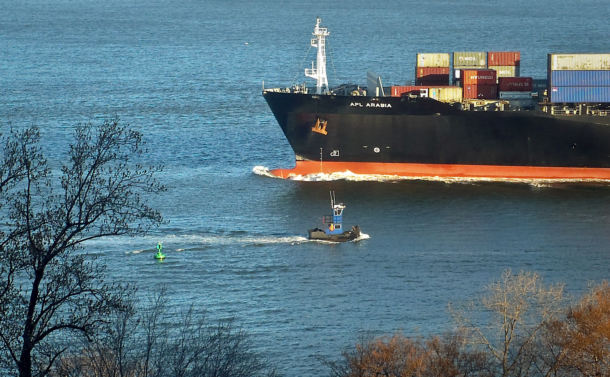 very-cool-little-boat-passes-maersk-container-ship-2